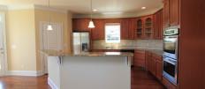 Интерьер кухни в деревянном частном доме