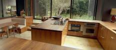 Большая кухня-столовая в доме