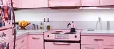 Розовая гламурная кухня в стиле ретро-шок