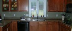 Интерьер кухни с мойкой у окна