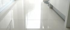 Белые полы на кухне – для отменных чистюль