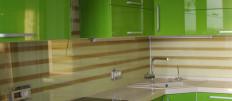 Рабочая стена на кухне из плитки