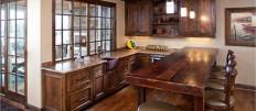 Деревянная кухня в домашнем интерьере