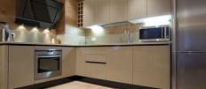 Бежевый кухонный гарнитур – как подобрать мебель и обои
