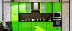 Зеленый кухонный гарнитур в современном интерьере кухни