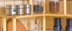 Выбираем угловые полки на кухню: виды, формы, материалы