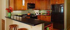 Варианты фасада для кухни с коричневой столешницей