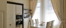 Модные тенденции в оформлении кухни шторами