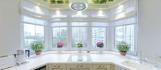 Варианты дизайна кухни с окном в рабочей зоне