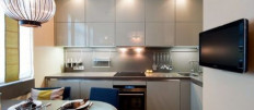 Обзор кухонь с антресолями до потолка