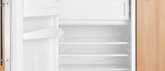 Кухня со встроенным холодильником под окном