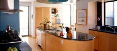 Продумываем дизайн проходной кухни в доме