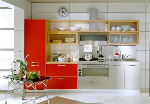 кухня с красным шкафом