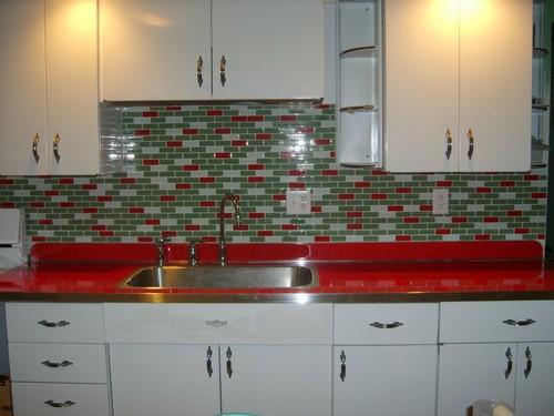 кухня с красной столешницей