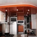 Красивые двухуровневые потолки на кухне