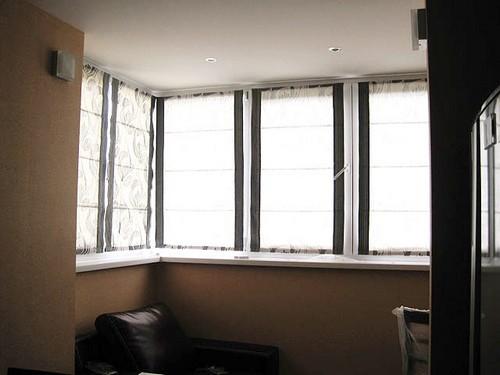 римские шторы на кухне с балконом