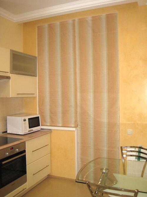 длинные римские шторы на кухне