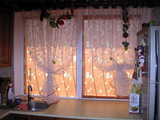 на фото рулонные шторы для кухни