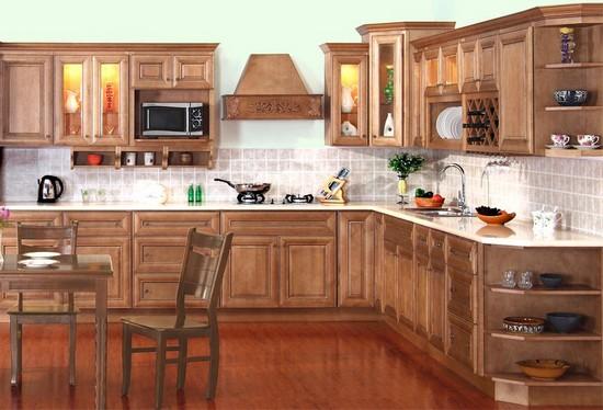 Достаточно удобные, угловые кухонные гарнитуры экономят пространство и