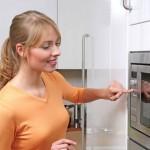 Варианты размещения микроволновки в маленькой кухне