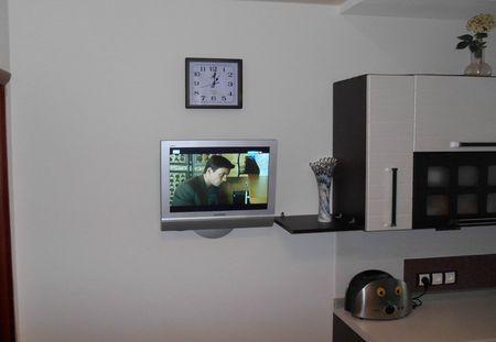 televizor-na-stenu-kuxni_3
