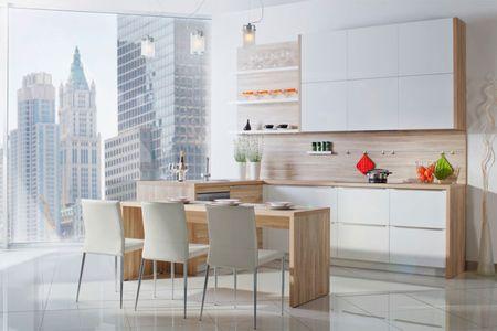белая кухня с деревянной столешницей и глянцевым фартуком фото