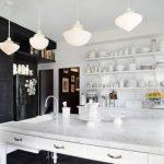 Идеи интерьера белой кухни с серой столешницей