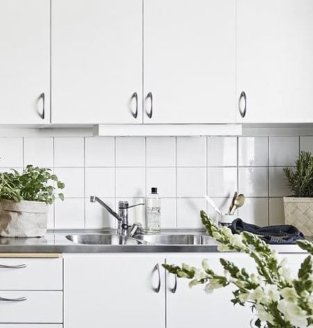 Двойная мойка в интерьере кухни