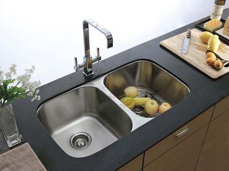 Черна металлическая раковина в интерьере кухни