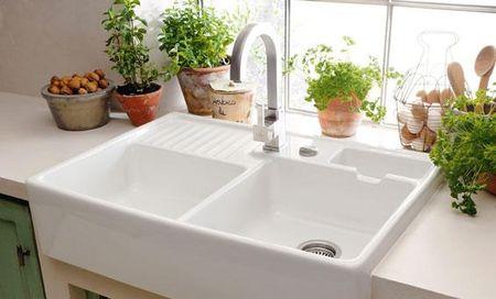 Белая раковина в интерьере кухни