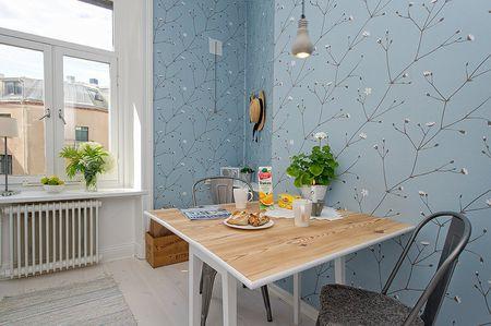 Дизайн кухни с обоями в голубых тонах