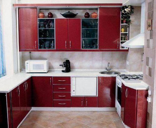 Компактный П- образный гарнитур для кухни